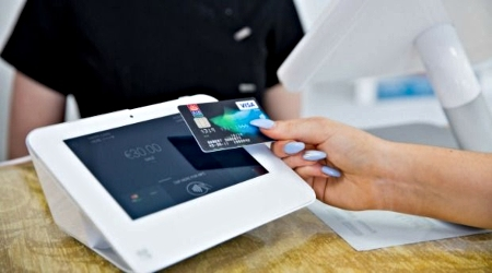 Clover Mini Accepting Contactless Credit Card Payment
